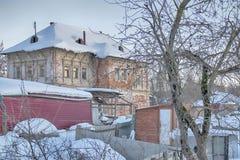 Gamla hus i forntida rysk stad av Kolomna, Moskvaregion, Ryssland, efter snöfall Mulen dag för vinter Royaltyfria Foton