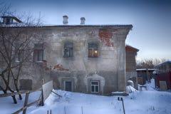 Gamla hus i forntida rysk stad av Kolomna, Moskvaregion, Ryssland, efter snöfall Mulen dag för vinter Arkivfoto