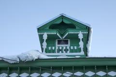 Gamla hus i forntida rysk stad av Kolomna, Moskvaregion, Ryssland, efter snöfall Mulen dag för vinter Royaltyfria Bilder