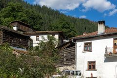 Gamla hus i historisk stad av Shiroka Laka, Smolyan region, Bulgarien arkivfoto