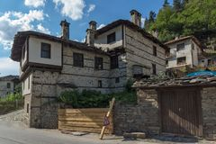 Gamla hus i historisk stad av Shiroka Laka, Smolyan region, Bulgarien arkivfoton