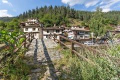 Gamla hus i historisk stad av Shiroka Laka, Smolyan region, Bulgarien royaltyfri foto