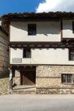 Gamla hus i historisk stad av Shiroka Laka, Smolyan region, Bulgarien royaltyfri fotografi