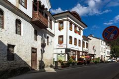 Gamla hus i historisk stad av Shiroka Laka, Smolyan region, Bulgarien royaltyfria foton
