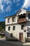 Gamla hus i historisk stad av Shiroka Laka, Smolyan region, Bulgarien arkivbild