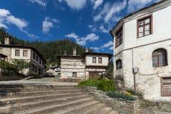 Gamla hus i historisk stad av Shiroka Laka, Smolyan region, Bulgarien arkivbilder