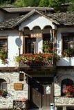 Gamla hus i historisk stad av Shiroka Laka, Smolyan region, Bulgarien royaltyfri bild