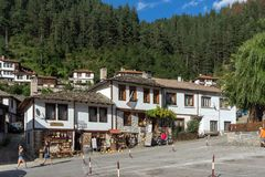 Gamla hus i historisk stad av Shiroka Laka, Smolyan region, Bulgarien royaltyfria bilder