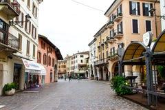 Gamla hus, kaféer och en väg i Verona Italien närbild 06 05,2017 Arkivfoton