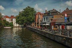 Gamla hus och eateries på kanal`en s kantar på Bruges Royaltyfria Bilder