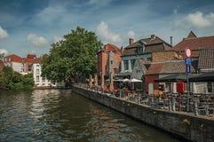 Gamla hus och eateries på kanal`en s kantar på Bruges Royaltyfri Bild