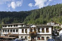 Gamla hus och gator i historisk stad av Shiroka Laka, Bulgarien royaltyfri foto