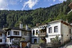 Gamla hus och gator i historisk stad av Shiroka Laka, Bulgarien arkivbild