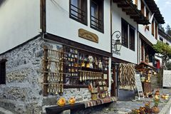 Gamla hus och gator i historisk stad av Shiroka Laka, Bulgarien royaltyfri fotografi