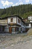 Gamla hus och gator i historisk stad av Shiroka Laka, Bulgarien royaltyfri bild