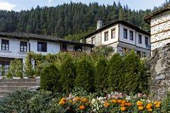 Gamla hus och gator i historisk stad av Shiroka Laka, Bulgarien royaltyfria foton