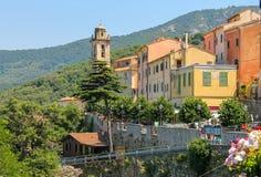 Gamla hus och klockatorn på kullen på Elba Island, Marciana Royaltyfri Bild
