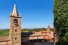 Gamla hus och klockstaplar i liten italiensk stad Royaltyfria Foton
