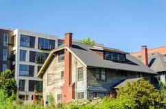 Gamla hus och Nice lägenheter Royaltyfria Bilder