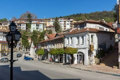 Gamla hus på den centrala gatan i stad av Veliko Tarnovo, Bulgarien royaltyfria bilder