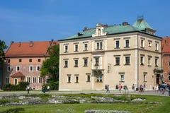 Gamla hus på den Wawel kullen Royaltyfri Bild