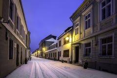 Gamla hus på en av de huvudsakliga gatorna av staden av Brasov, Rumänien Arkivfoto