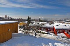 Gamla hus på Lindeberg i snöig Oslo Fotografering för Bildbyråer