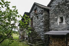 Gamla hus på maggiadaldelen av Schweiz royaltyfria foton