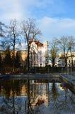 Gamla hus reflekterade i vattnet i sen nedgång royaltyfri foto
