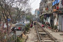 Gamla hus som byggs bredvid järnvägen i mitten av Hanoi Arkivfoton
