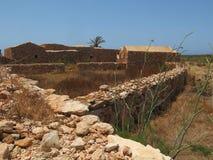 Gamla hus som göras av stenen i Sicilien Italien arkivbilder