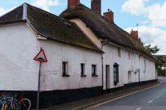Gamla hus under det halmtäckte taket i staden av Crediton, Devon, Förenade kungariket Juni 2, 2018 royaltyfria foton