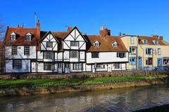 Gamla hus vid flodstouren i Canterbury i Kent Arkivbilder