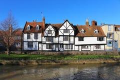 Gamla hus vid flodstouren i Canterbury i Kent Fotografering för Bildbyråer