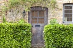 Gamla husdörrar i engelsk traditionell stenstuga Royaltyfri Bild