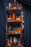 Gamla hyllor med objekt som firar halloween Royaltyfria Bilder