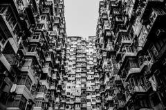 Gamla hyreshusar i svartvit färg arkivfoton