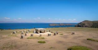 Gamla Inca Stone Ceremonial Table på Isla del Sol på Titicaca sjön - Bolivia fotografering för bildbyråer