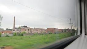 Gamla industribyggnader från drevfönster arkivfilmer