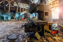 Gamla industriella maskinhjälpmedel i seminarium Rostig metallutrustning i övergiven fabrik arkivbild