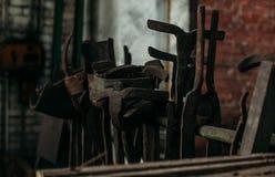 Gamla industriella maskinhjälpmedel i seminarium Rostig metallutrustning i övergiven fabrik royaltyfri foto