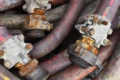Gamla industriella slangar stänger sig upp royaltyfri foto