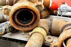 Gamla industriella slangar stänger sig upp arkivbild