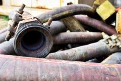 Gamla industriella slangar stänger sig upp arkivbilder