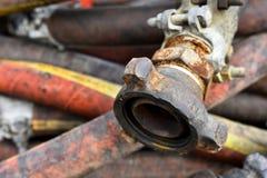 Gamla industriella slangar stänger sig upp arkivfoto