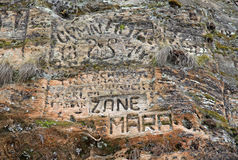 Gamla inskrifter i den Gautmanis grottan som lokaliseras på den Gauja floden i nationalparken av Sigulda, Lettland Arkivfoto