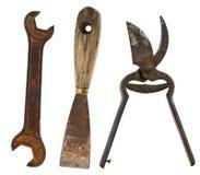 Gamla isolerade hjälpmedel: spackel skiftnycklar, sax för metall Arkivbild