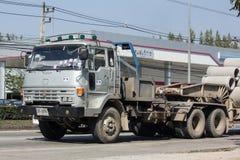 Gamla Isuzu Trailer Truck av PA Konstruktion Företag Royaltyfri Foto