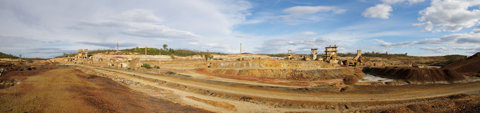 Gamla järnväg bana- och svavelugnar på övergav minen för Sao den Domingos Royaltyfria Foton
