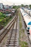 Gamla järnvägspår med modeller arkivfoto